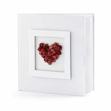 Bruiloft gastenboek met rood hart