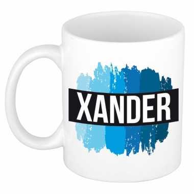 Naam cadeau mok / beker xander met blauwe verfstrepen 300 ml