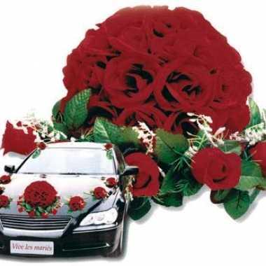 Rood bloemstuk voor de auto bruiloft versiering