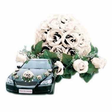 Wit bloemstuk voor de auto bruiloft versiering